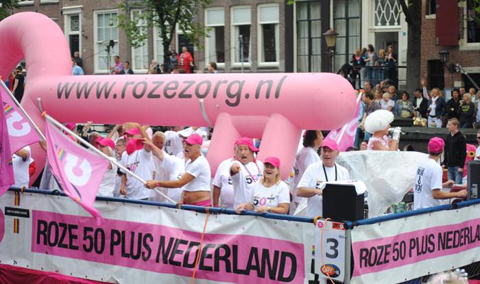 Roze ouderen worden door tijdens Amsterdam Pride in de watten gelegd