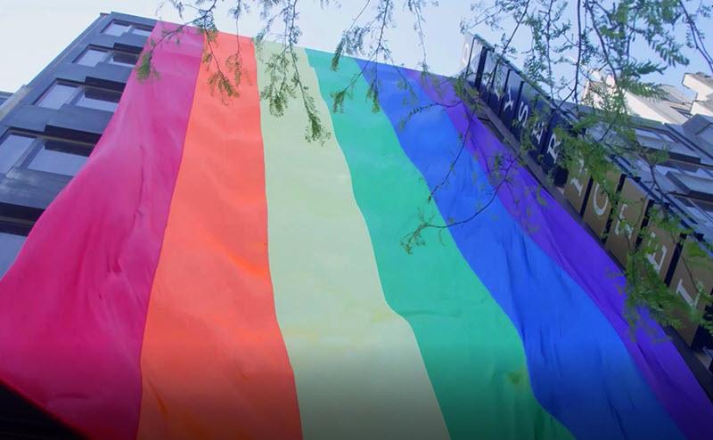 Mr Gay Belgium zet Hotel in regenboogkleuren tijdens IDAHOT actie
